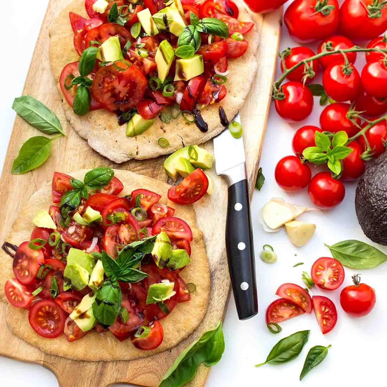 Tomatensalat-auf-Pitabrot