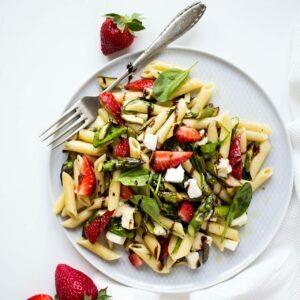 Spargel-Nudelsalat-mit-Erdbeeren